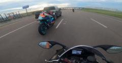 Šialený vodič pick upu dal motorkárovi bodycheck pri rýchlosti 140 km/h