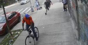 Počas jazdy na bicykli udrel okoloidúcu pani. Nečakal, že sa za ním rozbehne partia hasičov