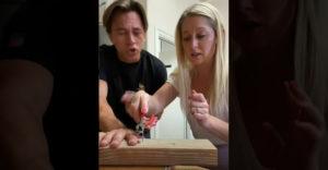 Muž nachytal ženu s klincom v prste. Ona na to neprišla