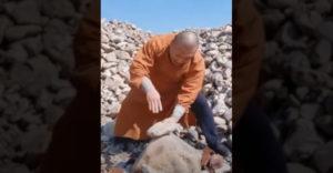 Shaolinský mních ničí kamene vlastnými prstami (Kung Fu majster)