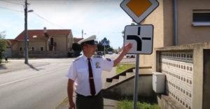 Polícia radí, či treba dávať smerovku, keď idete po hlavnej ceste