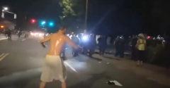 Hrdina sa povyzliekal a zaútočil rovno na políciu