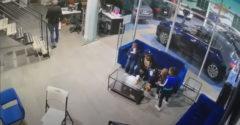 Otec vlastným telom chráni svoje deti počas prestrelky v showroome automobilky