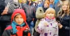 Spoznávate ľudí na fotkách? Polícia pátra po deťoch, ktoré na proteste skandovali do megafónu vulgarizmy