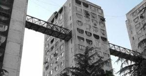 Prečo sa medzi panelákmi v Tbilisi stavali mosty?