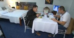 Majiteľ reštaurácie v Nitre vypiekol s opatreniami. Jedlo si tam môžete zjesť v hotelovej izbe, ktorú dostanete zadarmo
