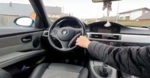 Zverejnil video, ktorým sa sám usvedčil. 17 ročný mladík riadil BMW zo sedadla spolujazdca