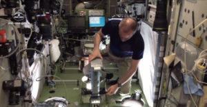 Ako sa astronauti vážia vo vesmíre (Názorná ukážka)
