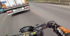 Motorkár sa snažil predbiehať sprava (Nevydalo)