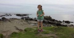 Muž odfotil svoju dcéru na pobreží. Keď sa na fotku pozrel z blízka, uvidel jeden preňho nevysvetliteľný detail