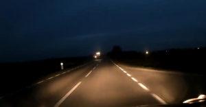 Uprostred cesty narazil do zle osvetleného poľnohospodárskeho stroja (Poľsko)