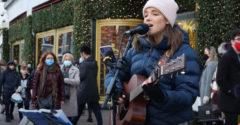 Dievča na ulici zaspievalo obľúbený hit. Do ulíc priniesla Vianoce