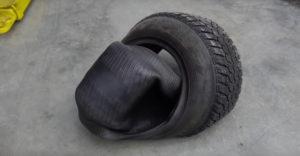 Rusi otočili pneumatiky naruby a obuli ich na auto. Následne skúsili s nimi jazdiť