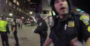 Policajt sa chválil, ako spacifikoval demonštrantov. Netušil, že ho sníma kamera
