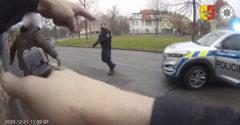 Muž v búranom aute prenasledoval vinníka cez celú Prahu. Ten unikal na kradnutom Passate