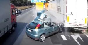 Z ľavého pruhu diaľnice si to namieril rovno na výjazd (Toto nikdy nerobte)