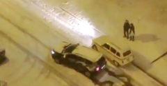 Dacia Duster vs. Renault 4L na snehu