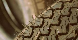 Prečo z väčšiny nových pneumatík trčia malé gumové časti?