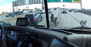 Kamionista poriadne zariskoval aby pomohol motorkárke