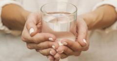 Profesor psychológie sa opýtal, koľko váži pohár vody. Odpoveďou je životná lekcia