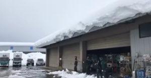 Ako odstrániť poriadnu vrstvu snehu zo strechy