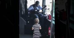 Vodič autobusu ani sekundu neváhal a spravil dievčatku deň