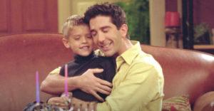 Spomínate si na Rossovho malého syna zo seriálu Priatelia? Dnes je z neho miláčik žien a nádejný herec