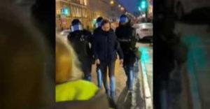 Chcela, aby polícia prepustila zatknutého demonštranta (Veľmi zlý nápad)