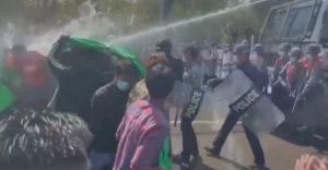 Policajti sa pridali k protestujúcim (Instantný vyhadzov)