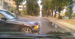 Prečo sa driftovať v meste nevypláca alebo facka osudu pre machra v starom BMW