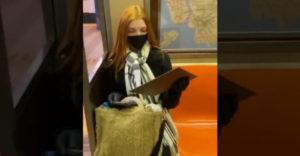 Neznámy muž v metre jej daroval portrét, ktorý nakreslil počas cesty (Dojatie neskrývala)