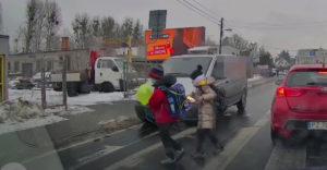 Nepozorné deti na prechode pre chodcov (Chýbala len sekunda)