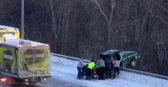 Záchranná akcia vodiča, ktorý so svojim autom visel nad mostom