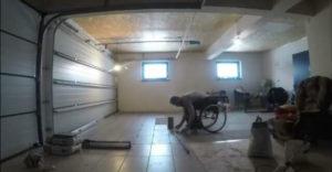 Dlažbu v garáži si položil sám (Vozíčkar v akcii)