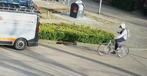 Magor na bicykli a mobil v ruke (Adekvátna príučka)