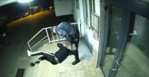 Policajt zbil mladého muža za porušenie zákazu vychádzania (Bosna a Hercegovina)