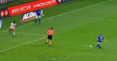 Rozhodca nechtiac zabránil gólu vo futbalovom zápase