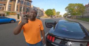 Cyklista zdvorilo požiadal agresívneho vodiča, aby neparkoval na cyklotrase