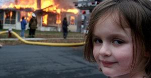 Spomínate si na dievčatko s diabolským úsmevom pred horiacim domom? Dnes má 21 a je v poriadnom balíku