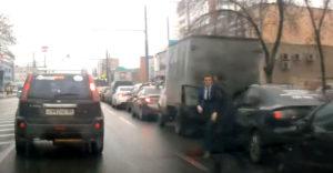 Bitku ukončil šokujúci kung-fu úder pánka v obleku (Rusko)
