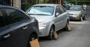 Dôvod prečo vodiči v Číne a Japonsku pri parkovaní zakrývajú kolesá automobilov doskami