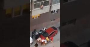 Presunuli auto aby vyslobodili muža z horiacej budovy (Hrdinovia dňa)