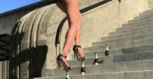 Ženská sa v šteklách poprechádzala po fľašiach (Dala to)