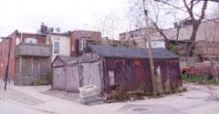 Susedia sa im pri kúpe starej garáže smiali. Po niekoľkých mesiacoch im padli sánky