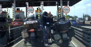 Český vodič vyprovokoval bitku, motorkár raz dva ho zložil k zemi
