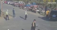 Vodič zastavil pri  policajtoch. Jeho skutok obletel internet