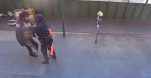 Okoloidúci pomohli policajtke, ktorá bola napadnutá bezdomovcom