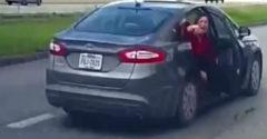 Žena vyskočila za jazdy z auta, aby unikla násilníkovi (USA)
