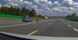 Policajti ho zastavili uprostred diaľnice. Zrážke sa vyhol len o chlp