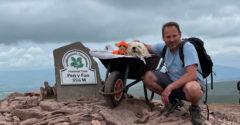 Milovaný psík už nevládal chodiť a tak ho vzal na poslednú túru tam, kde to miloval najviac